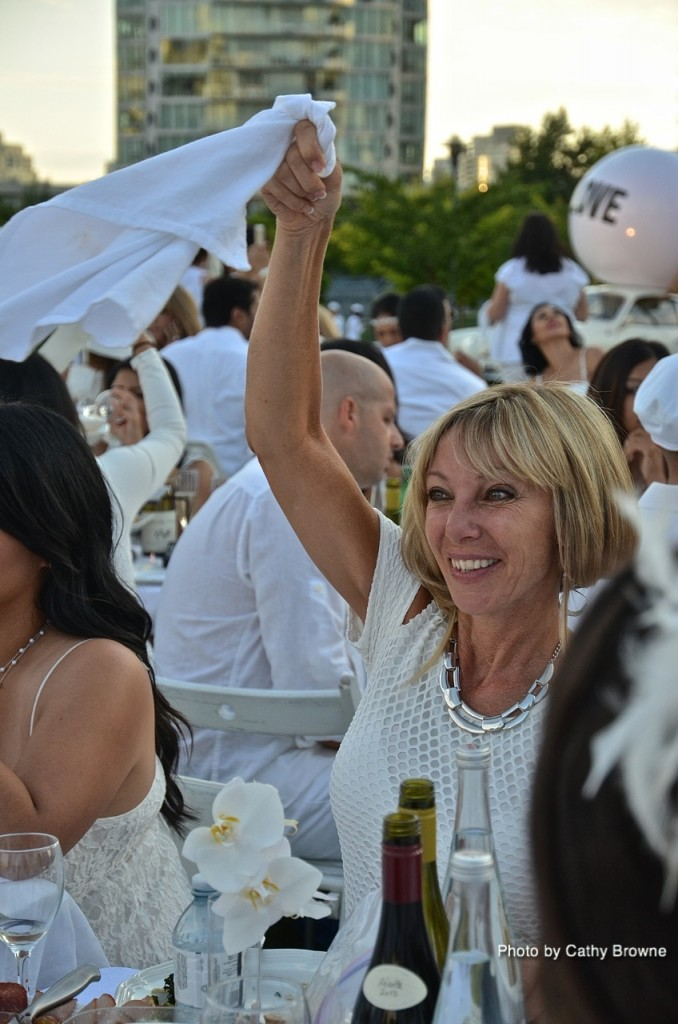 Capturing the excitement of the moment at Dîner en Blanc.